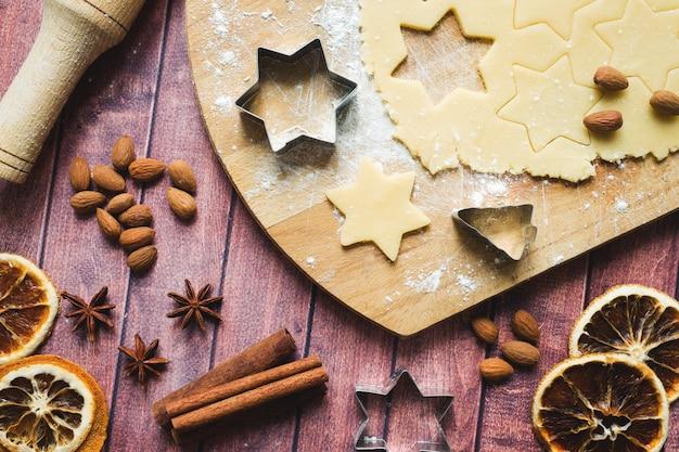 Nudelholz-ausstecher-zimtmehl ärgert butterteig auf holz