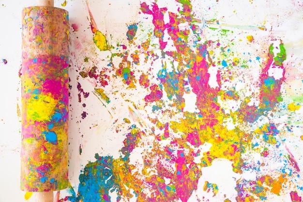Nudelholz in der nähe von punkten in verschiedenen hellen trockenen farben