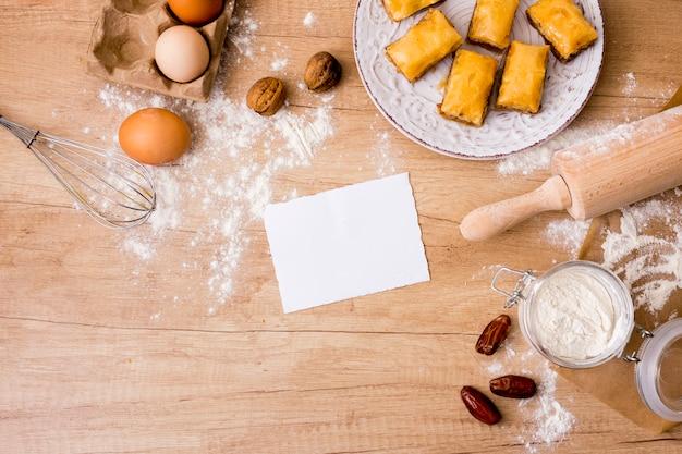 Nudelholz mit eiern, papier und östlichen süßigkeiten