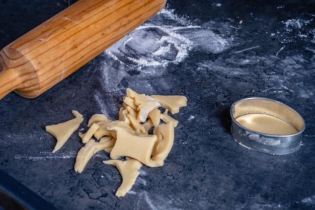 Nudelholz und küchenutensilien für die herstellung von osterplätzchen