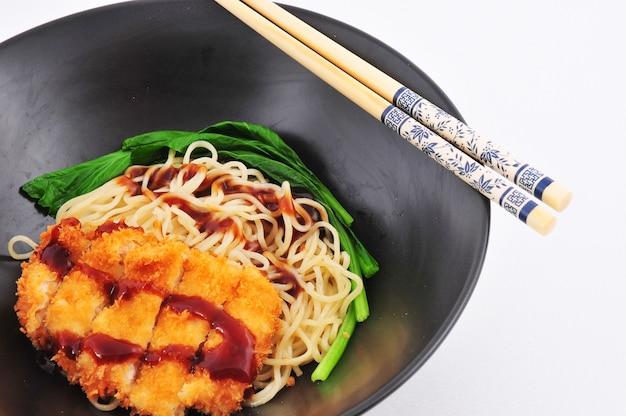 Nudeln aus schweinefleisch mit japanischer sauce