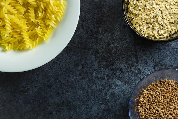 Nudeln, buchweizen, haferflocken richtige kohlenhydrate auf blau