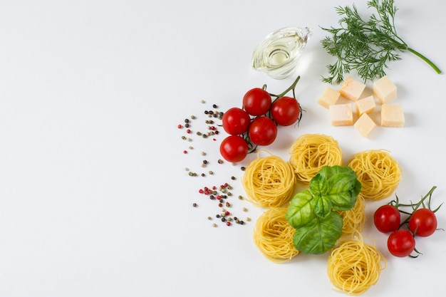 Nudeln in form von nestern, tomaten, paprika, basilikum, olivenöl, dill, käse