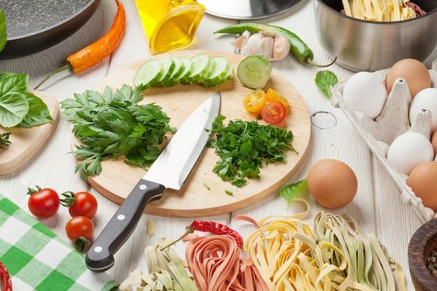 Nudeln kochen zutaten und utensilien auf dem tisch
