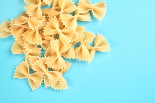 Nudeln, makkaroni, spaghetti lokalisiert auf blauem hintergrund mit kopienraum, flache lage