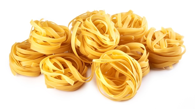 Nudeln, makkaroni, spaghetti lokalisiert auf weißem hintergrund, flache lage, schnittpfad