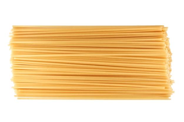 Nudeln, makkaroni, spaghetti lokalisiert auf weißem hintergrund nahaufnahme, flache lage, schnittpfad