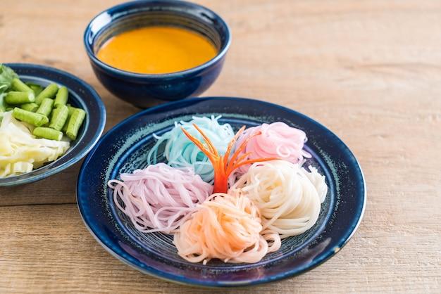 Nudeln mit fisch-curry-sauce und gemüse