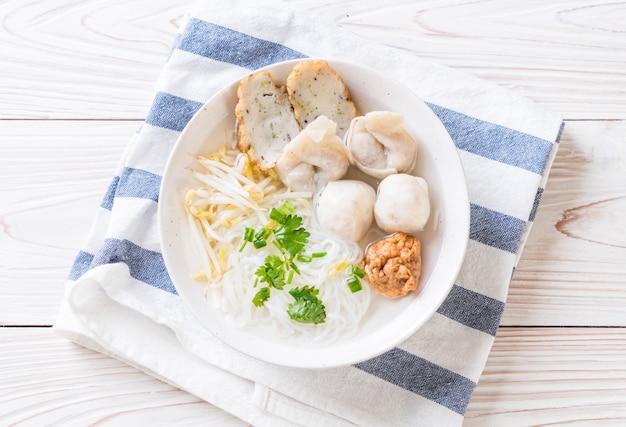 Nudeln mit fischbällchen in suppe