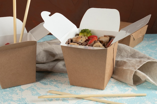 Nudeln mit gemüse und hühnchen in bastelverpackung