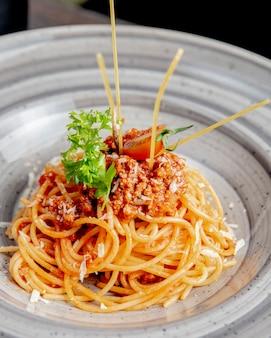 Nudeln mit geriebener käse-tomatensauce und gemüse