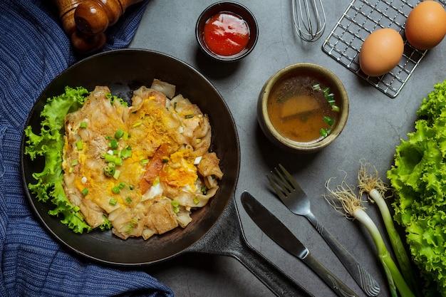 Nudeln mit großem schweinefleisch, thailändisches essen