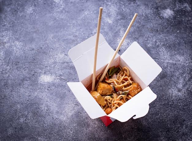 Nudeln mit hühnchen, tofu und gemüse