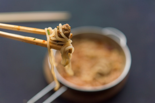 Nudeln mit hühnerfleisch in der schüssel