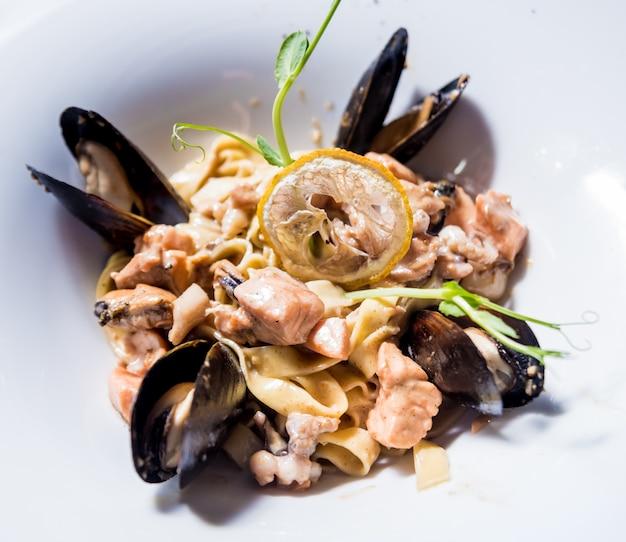 Nudeln mit muscheln in der pfanne. italienische küche. restaurant.