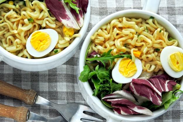 Nudeln mit salat und wachteleiern. gesundes essen. diätessen.