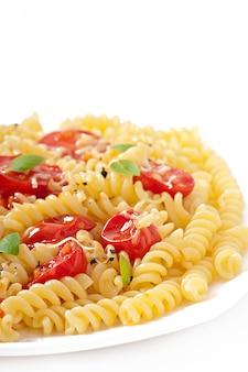 Nudeln mit tomaten, basilikum und geriebenem käse