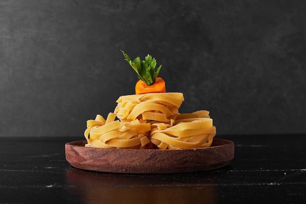 Nudeln serviert mit petersilie und karotte