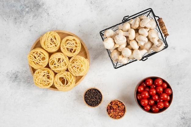 Nudelröllchen mit champignons, kirschtomaten und gewürzen.