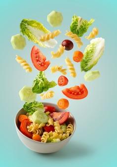 Nudelsalat fliegen in fettschrift