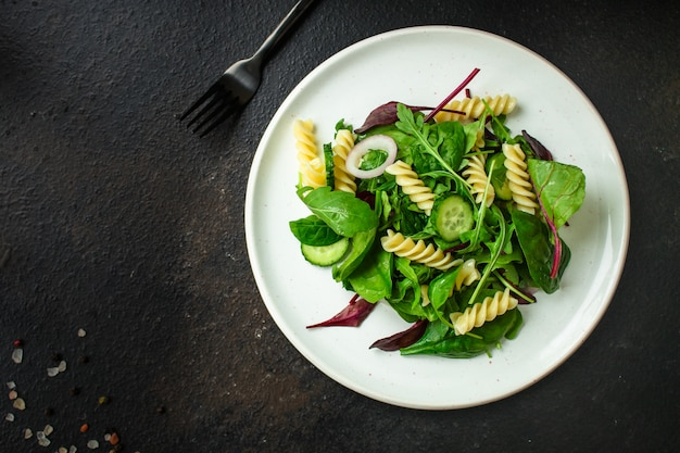 Nudelsalat fusilli (blätter salat, spinat, gemüse, gemelli) menü-konzept