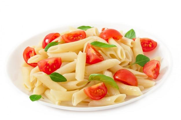 Nudelsalat mit kirschtomaten und frischen basilikumblättern