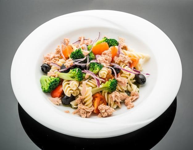 Nudelsalat mit thunfisch, oliven und kirschtomaten