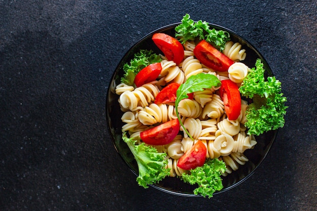 Nudelsalat mit tomaten und letucce
