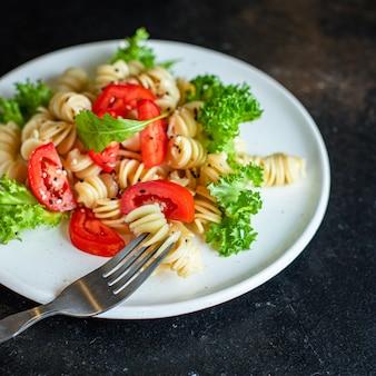 Nudelsalat tomate