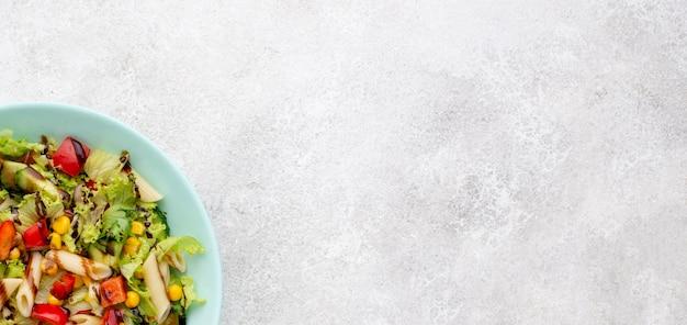 Nudelsalat von oben mit balsamico-essig und kopierraum
