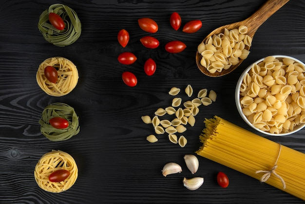 Nudelsorten serviert mit tomaten und knoblauch