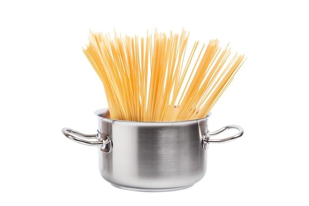 Nudelspaghetti im metallküchentopf isoliert