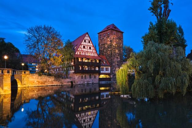 Nürnberger stadthäuser am flussufer pegnitz. nürnberg, franken, bayern, deutschland