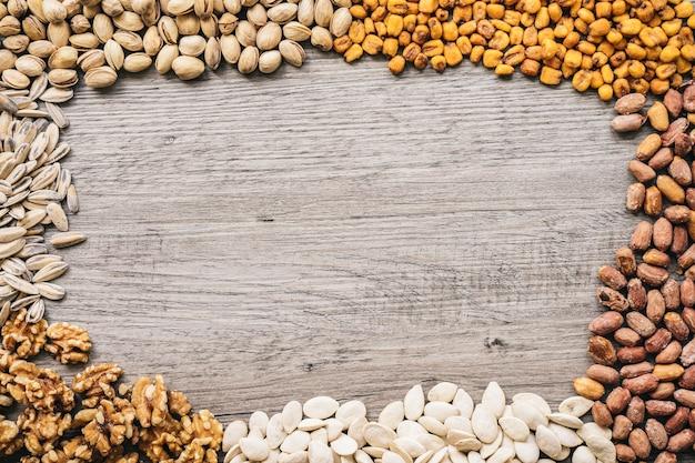Nüsse auf holzoberfläche mit platz in der mitte