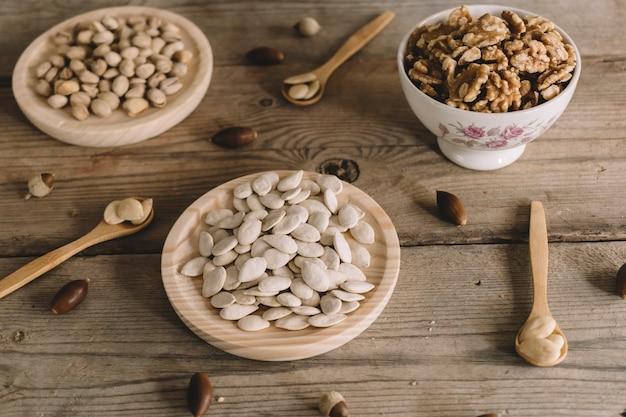 Nüsse auf holzplatten mit löffeln