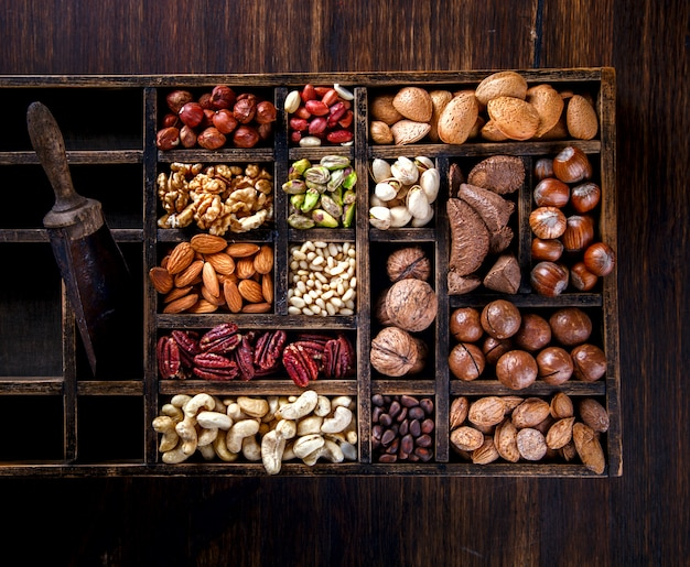 Nüsse gemischt in einer holzkiste. zusammenstellung