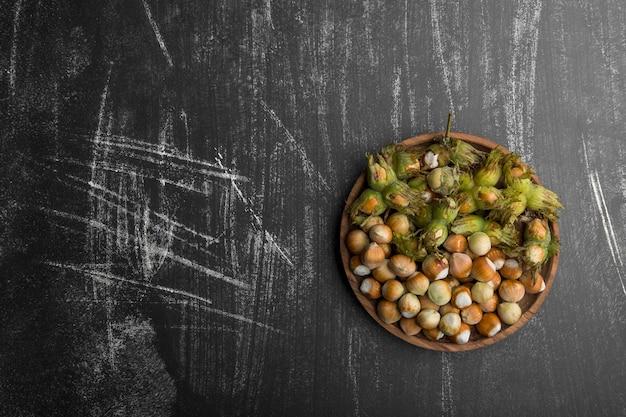 Nüsse in muscheln mit grünen blättern in der mitte