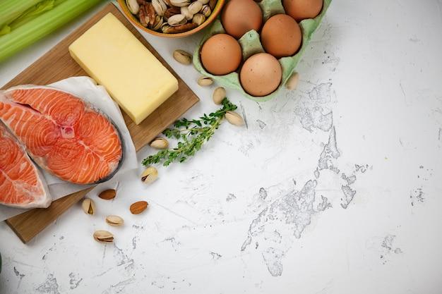 Nüsse, lachs, eier, milchprodukte, gemüse