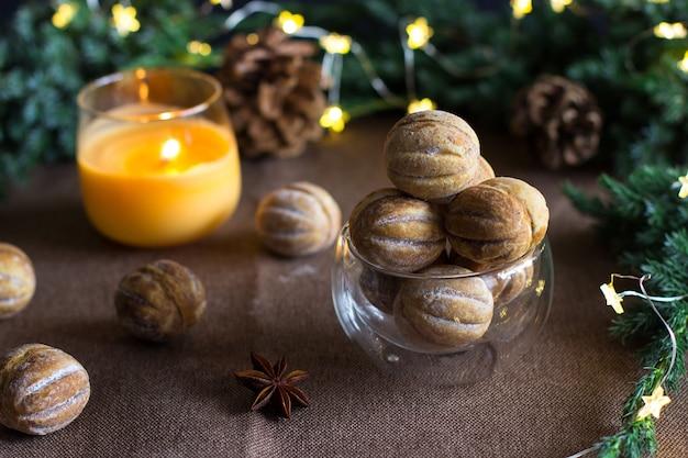 Nüsse mit kondensmilch auf einem braun gegen einen von tannenzweigen