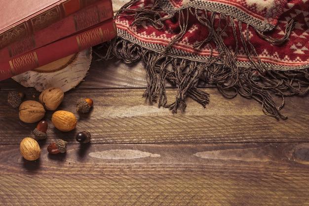 Nüsse und decke in der nähe von büchern