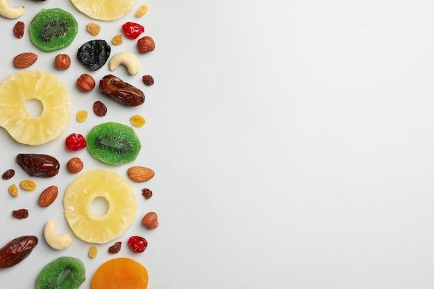 Nüsse und getrocknete früchte auf grauem hintergrund, draufsicht