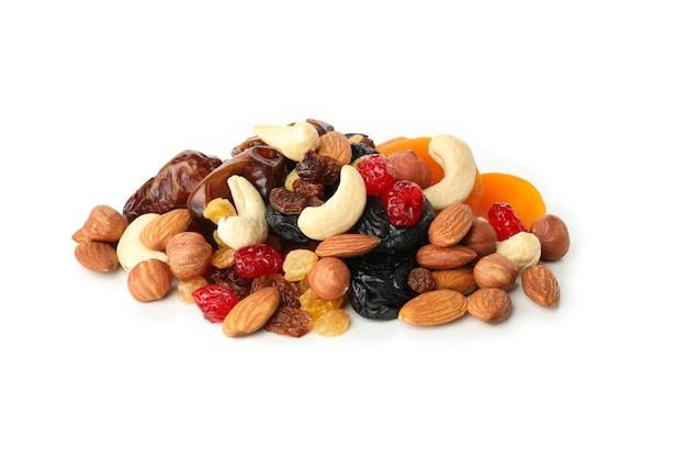 Nüsse und getrocknete früchte isoliert auf weiß