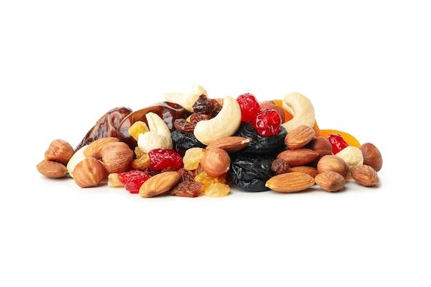 Nüsse und getrocknete früchte lokalisiert auf weißem hintergrund