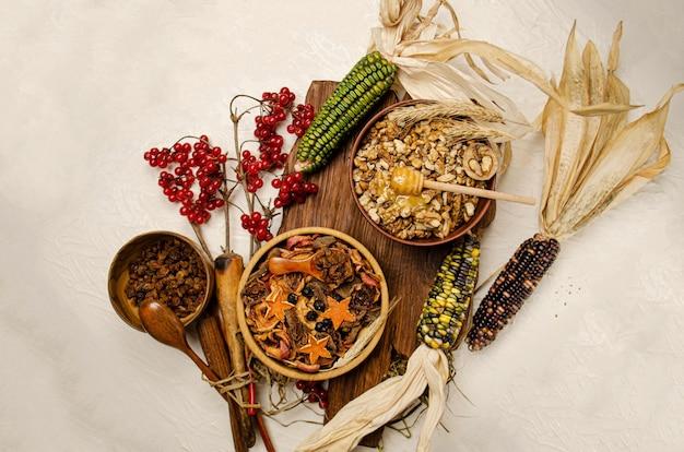 Nüsse und getrocknete früchte. trockenfrüchte in holzschale. nuss- und trockenfruchtsortiment auf holzhintergrund.