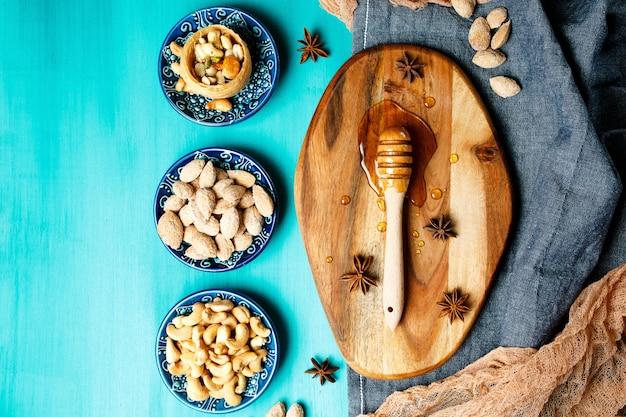 Nüsse und honig auf einem rustikalen tisch
