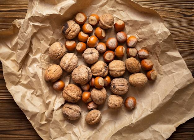 Nüsse und kastanien anordnung auf stoff