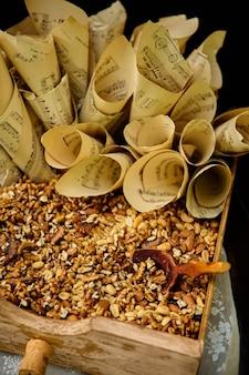 Nüsse und papierkegel auf holzkiste