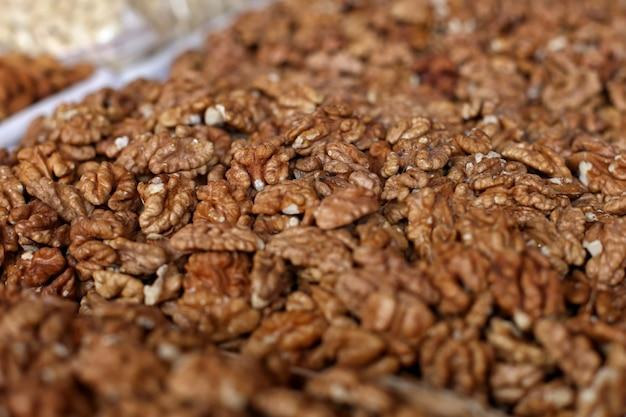 Nüsse und trockenfrüchte, auf dem marktzähler.