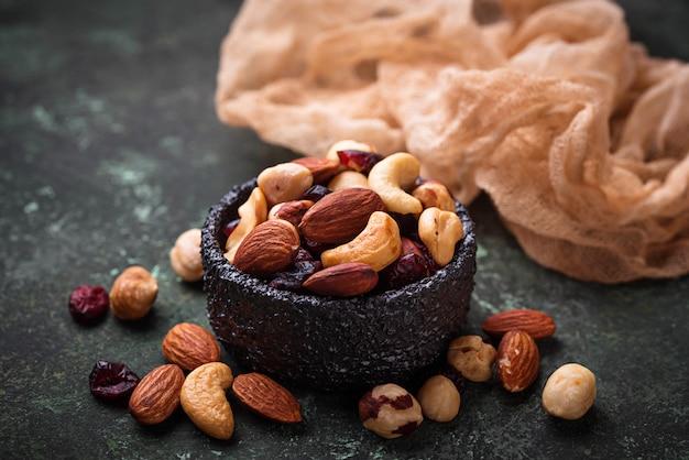 Nüsse und trockenfrüchte mischen. selektiver fokus