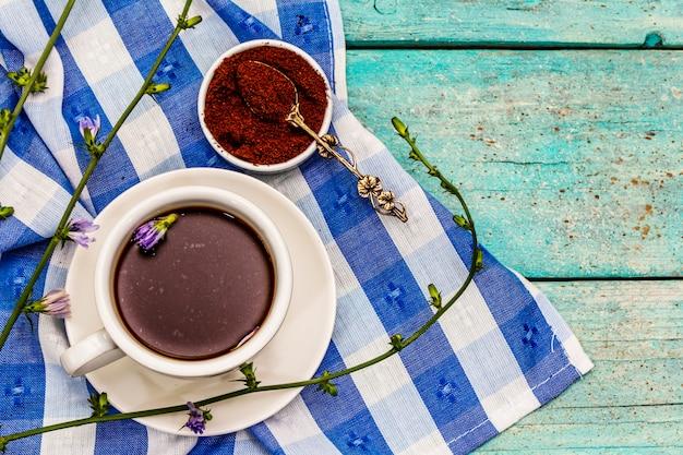 Nützliche chicorée-getränke und blumen